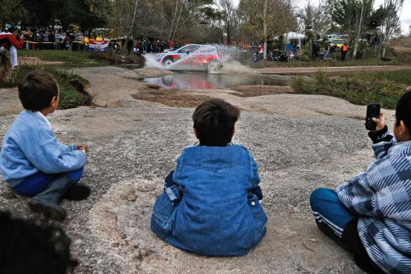Fans watch Dani Sordo (ESP) / Marc Marti (ESP) Hyundai i20 WRC. FIA World Rally Championship, Rd5, Rally Argentina, Preparations and Shakedown, Cordoba-Villa Carlos Paz, Argentina, 8 May 2014.