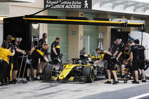 Nico Hulkenberg, Renault Sport F1 Team R.S. 18, makes a pit stop.