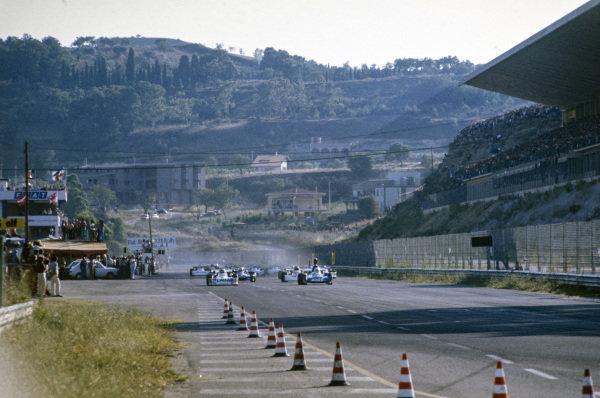 René Arnoux, Martini Mk19 Renault/Gordini, leads the field at the start.