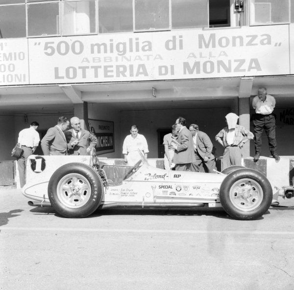 Jimmy Bryan, Belond AP, Salih Offenhauser, in the pits.