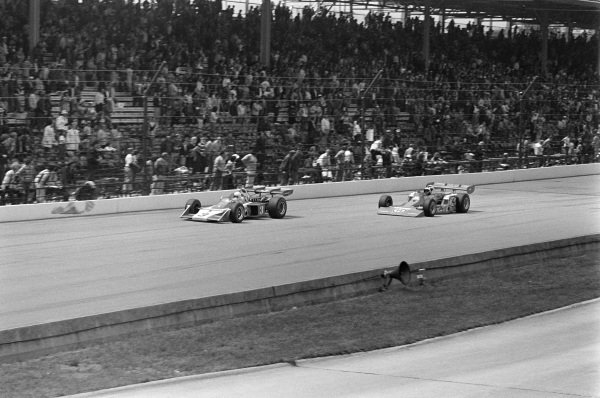 Roger McCluskey, Lindsey Hopkins, McLaren M16A Offenhauser, leads A. J. Foyt, Coyote 73 Ford.