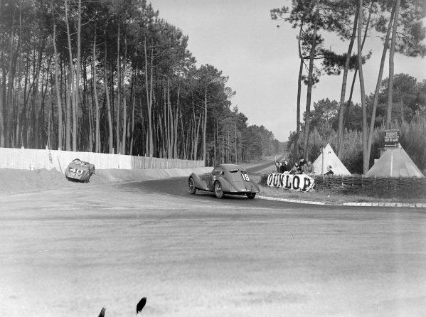 Louis Gerard / Jacques de Valence, Société R.V., Delage D6, passes the stranded car of G. Cottiet / Charles Roux, Yves Giraud-Cabantous, Chenard & Walcker.