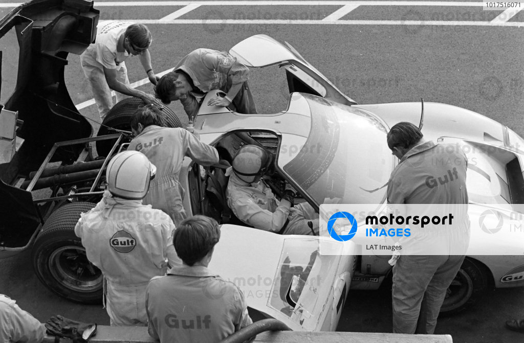 David Hobbs / Mike Hailwood, John Wyer Automotive Engineering, Ford GT40 makes a pitstop and driver change.