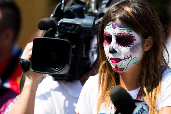 Autodromo Hermanos Rodriguez, Mexico City, Mexico. Saturday 28 October 2017. A woman painted as a Calavera skull mask. World Copyright: Sam Bloxham/LAT Images  ref: Digital Image _W6I0484