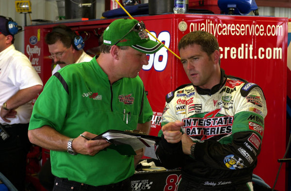 Driver Bobby Labonte works with a crew member during Friday's practice.NASCAR Pontiac Excitement 400 at Richmond International Raceway Richmond, Virginia, USA 6 May,2000-F Peirce Williams 2000 LAT PHOTOGRAPHIC
