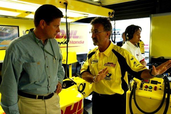 Eddie Jordan (IRE) gives a VIP a tour of the garage.Italian Grand Prix, Monza, 14 September 2002.DIGITAL IMAGE