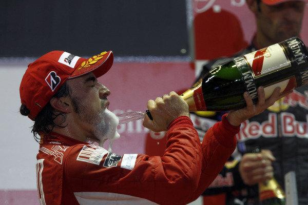 Marina Bay Circuit, Singapore.26th September 2010.Fernando Alonso, Ferrari F10, 1st position, sprays the Champagne. Portrait. Podium. World Copyright: Andrew Ferraro/LAT Photographicref: Digital Image _Q0C6273