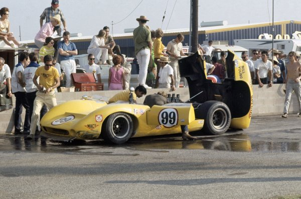 1968 Can-Am Challenge Cup.CanAm race. Riverside, California, United States (USA). 27 October 1968.Bill Young (Lola T70-Chevrolet) in the pits.World Copyright: LAT PhotographicRef: 35mm transparency 68CANAM14