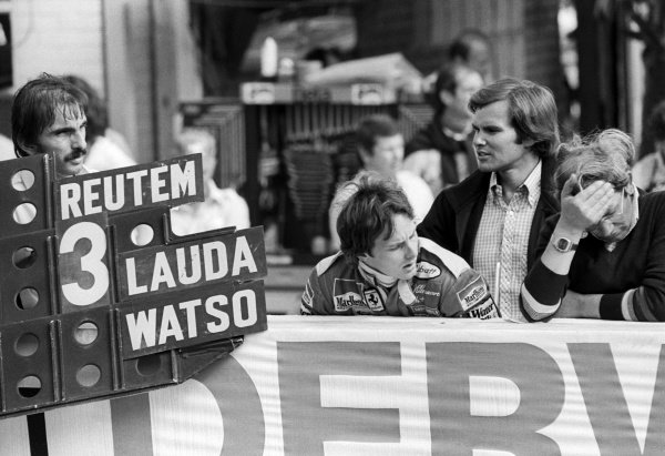 Ferrari hold out a pit board for race winner Carlos Reutemann (ARG), with his team mate Gilles Villeneuve (CDN) watching on with Peter Windsor (GBR) Journalist.British Grand Prix, Rd 10, Brands Hatch, England, 16 July 1978.