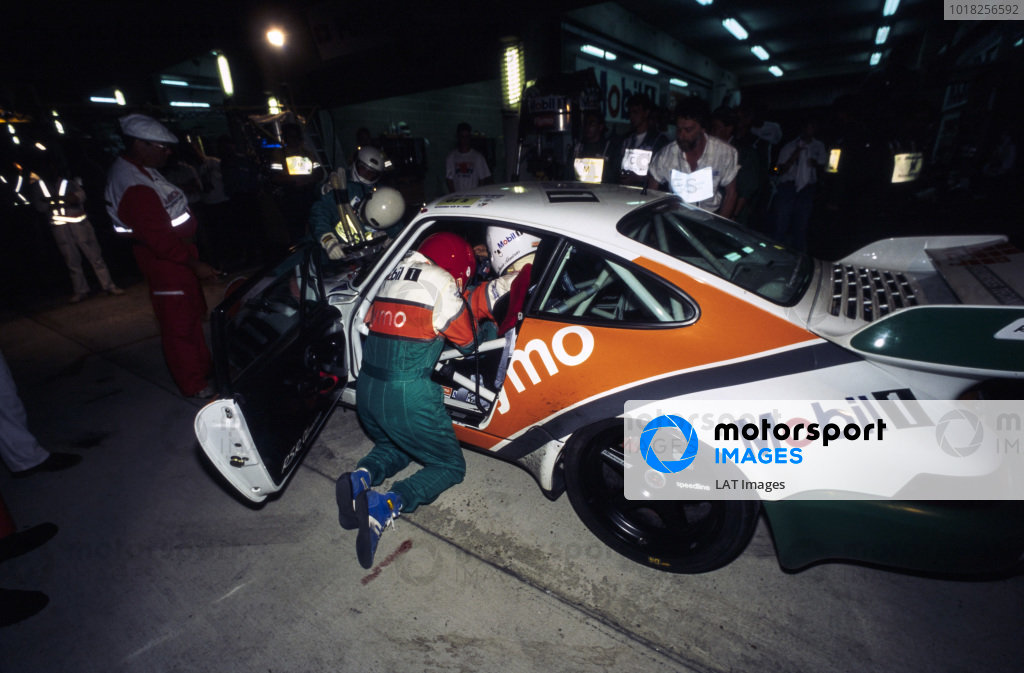 Jacques Laffite / Jacques Alméras / Jean-Marie Alméras, Porsche Flymo Mobil Alméras, Porsche 911 Carrera RSR, make a pitstop during the night.