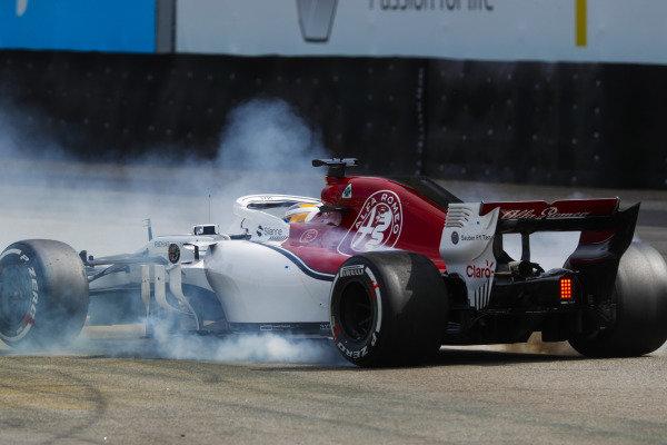 Marcus Ericsson, Sauber C37 Ferrari, spins off.