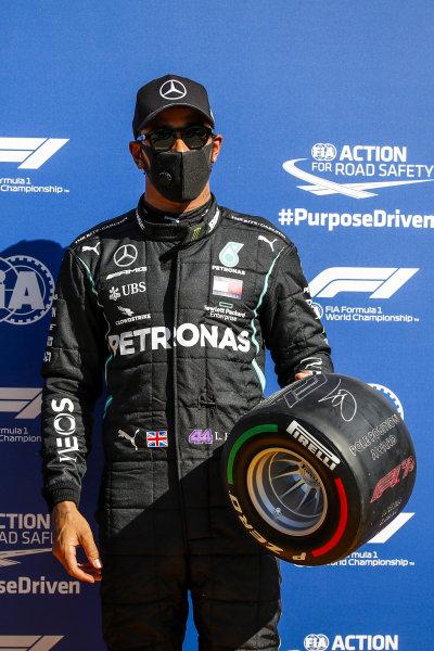 Pole Sitter Lewis Hamilton, Mercedes-AMG Petronas F1 in Parc Ferme with the Pirelli Pole Position Award