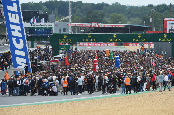 Pre-race grid activity
