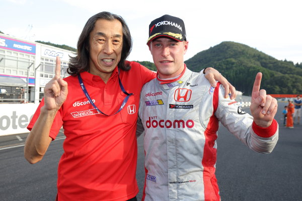2016 Japanese Super Formula. Okayama, Japan.  Saturday 10 September 2016. Rd 5. Race1 Winner Stoffel Vandoorne ( #41  DOCOMO DANDELION M41S SF14 ) parcferme portrait World Copyright: Yasushi Ishihara/LAT Photographic Ref : 2016SF_Rd5_R1_010