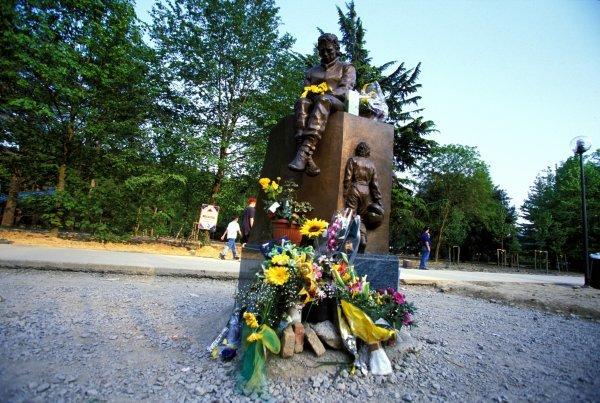 A statue in tribute to the late Ayrton Senna (BRA) killed at the Tamburello corner during the 1994 San Marino Grand Prix. Formula One World Championship, Rd3, San Marino Grand Prix, Imola, Italy, 2 May 1999.