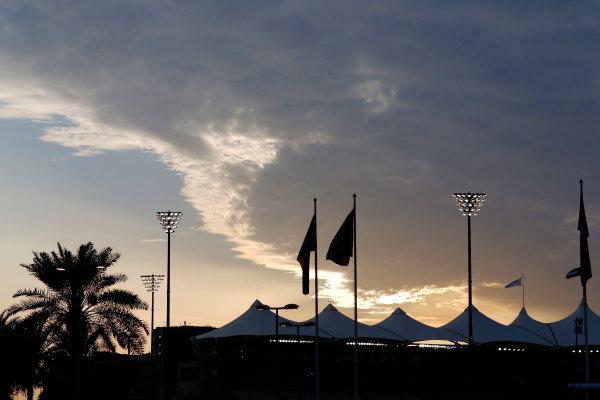 Yas Marina Circuit, Abu Dhabi, United Arab Emirates. Thursday 26 November 2015. The sun sets at Yas Marina Circuit. World Copyright: Alastair Staley/LAT Photographic ref: Digital Image _R6T1131