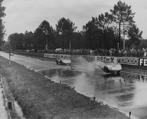 Le Mans, France. 21 - 22 June 1958.Jean Behra/Hans Herrmann (Porsche 718 RSK Spyder), 3rd position, leads Edgar Barth/Paul Frere (Porsche RSK), 4th position, action. World Copyright: LAT PhotographicRef: Autocar Glass Plate C52711.