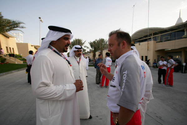 2005 Bahrain Grand Prix - Sunday Race, Bahrain International Circuit, Manama, Bahrain. 3rd April 2005 Mike Gascoyne, Toyota Technical Director, chats with a local dignitary.World Copyright: Steve Etherington/LAT Photographic ref: 48mb Hi Res Digital Image Only