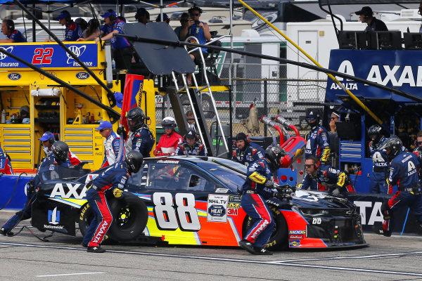 #88: Alex Bowman, Hendrick Motorsports, Chevrolet Camaro Axalta pit stop