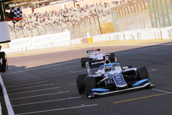 Round six winner Toshiki Oyu ( #65 TCS NAKAJIMA RACING ), Dallara SF19 Honda, takes the chequered flag at the finish. Photo: Yukio Yoshimi