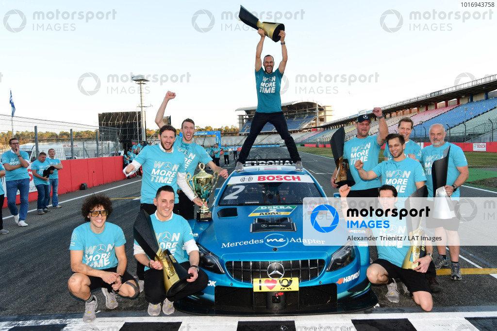 Gary Paffett, Mercedes-AMG Team HWA celebrate with the team.
