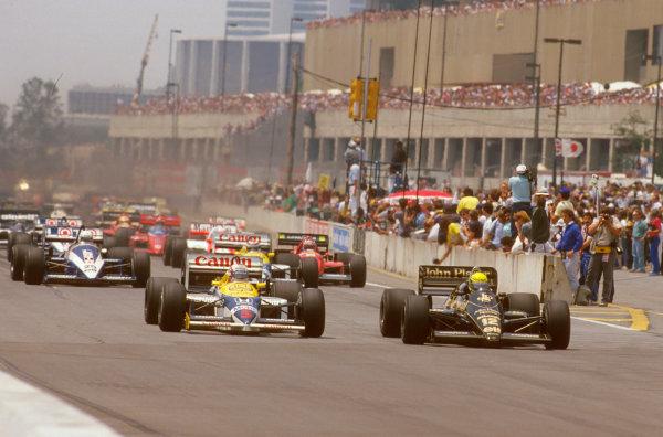Detroit, Michigan, U.S A.20-22 June 1986.Ayrton Senna (Lotus 98T Renault) leads Nigel Mansell (Williams FW11 Honda) at the start.Ref-86 USA 06.World Copyright - LAT Photographic