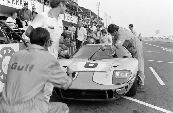 Jacky Ickx / Jackie Oliver, John Wyer Automotive Engineering Ltd, Ford GT40 makes a pitstop as team manager David Yorke, looks on.