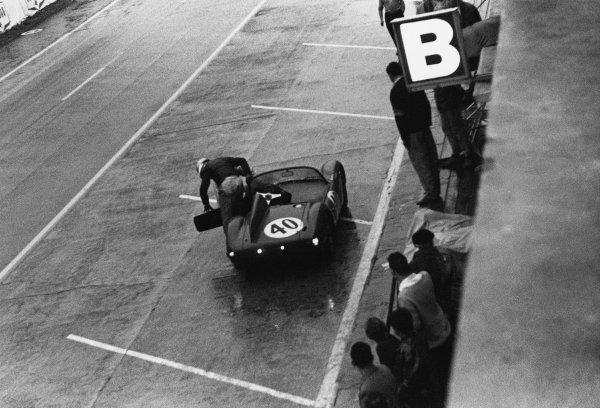 Le Mans, France. 25th - 26th June 1960 Bernard Consten/Paolo de Leonibus (Conrero - Alfa Romeo), retired, pit lane action. World Copyright: LAT Photographic Ref:  8691H - 24.