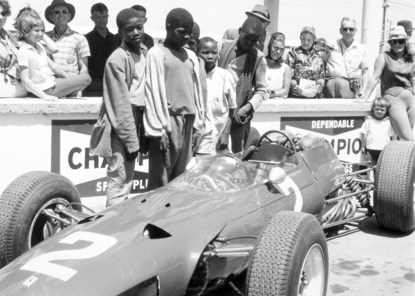 1965 South African Grand Prix.East London, South Africa.30/12/64-1/1/1965.Lorenzo Bandini (Ferrari 1512), 15th position and retired. Here the local crowd gather in the pits to see the cars close up.Ref-28044World Copyright - LAT Photographic