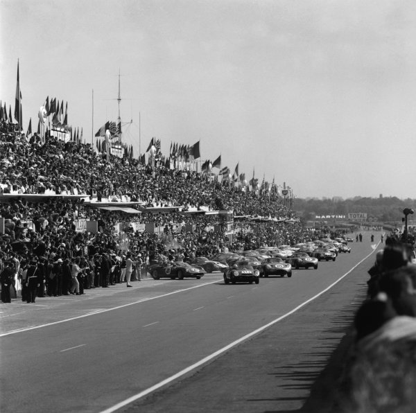 Le Mans, France. 15th - 16th June 1963.Start of the race, action. World Copyright: LAT Photographic.Ref:  19351.