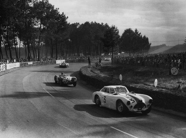 Le Mans, France. 13th - 14th June 1953 Charles Moran/John Gordon-Bennett (Cunningham C4-RK Chrysler), 10th position, leads Peter Whitehead/Ian Stewart (Jaguar XK120 C), 4th position, action. World Copyright: LAT Photographic Ref: Autocar Glass Plate C36017.
