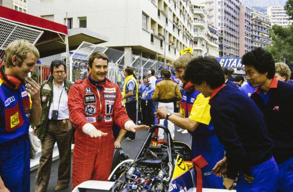 Nigel Mansell jokes around with Williams and Honda engineers.