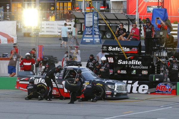 #18: Harrison Burton, Kyle Busch Motorsports, Toyota Tundra Safelite AutoGlass pit stop