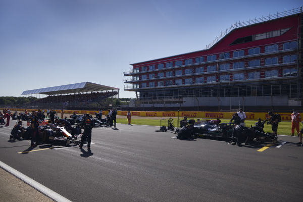 Mechanics preapre the cars of Sir Lewis Hamilton, Mercedes W12, and Max Verstappen, Red Bull Racing RB16B, on the grid