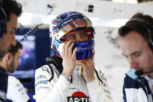 Sergey Sirotkin, Williams Racing, puts on his helmet.