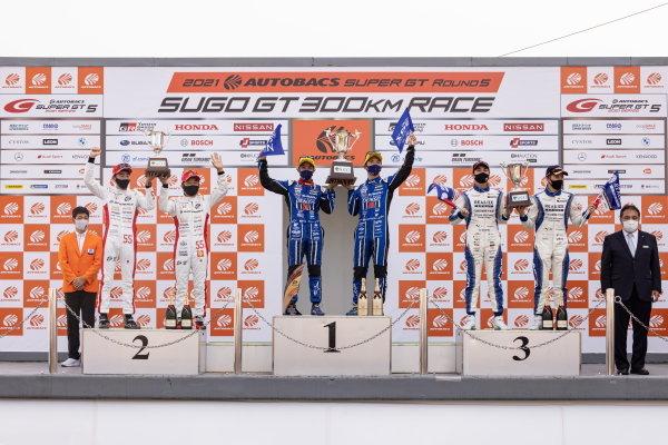 GT300 winners Takuto Iguchi & Hideki Yamauchi, R&D Sport, Subaru BRZ MC GT300, celebrate on the podium alongside Shinichi Takagi & Ren Sato, Autobacs Racing Team Aguri, Honda NSX GT3 Evo, 2nd in GT300 and Kiyoto Fujinami & Joao Paulo de Oliveira, Kondo Racing, Nissan GT-R Nismo GT3, 3rd in GT300