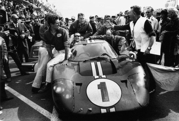 Dan Gurney / A. J. Foyt, Shelby American Inc., celebrate victory in their Ford Mk IV.