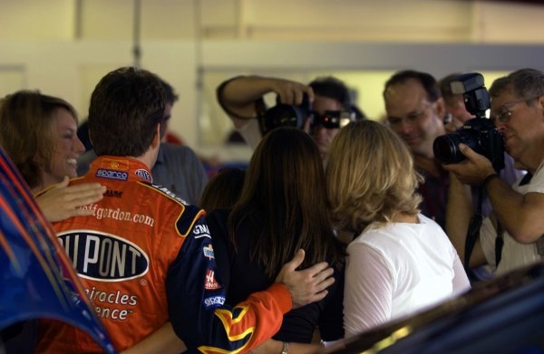 NASCAR Winston Cup EA Sports 500, Talladega Superspeedway, Talladega, Alabama, USA 6 October,2002Fan crowding in the Winston Cup garage: Jeff Gordon poses with fans as professinal photographers shoot away.Copyright-F Peirce Williams/MMP-Inc. 2002 LAT Photographic