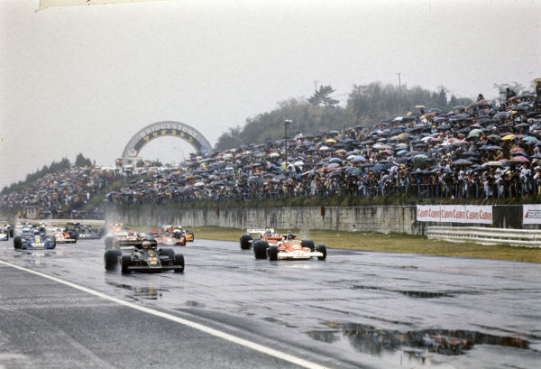 Mario Andretti, Lotus 77 Ford gets a good start to pull ahead of pole sitter James Hunt, McLaren M23 Ford.