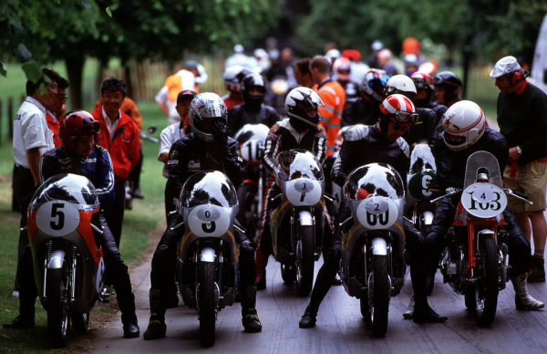 Goodwood House, East Sussex, England. 18th - 20th June 1999. The bikes line up at the start, action. World Copyright: LAT Photographic. Ref:  99GOODWOOD10
