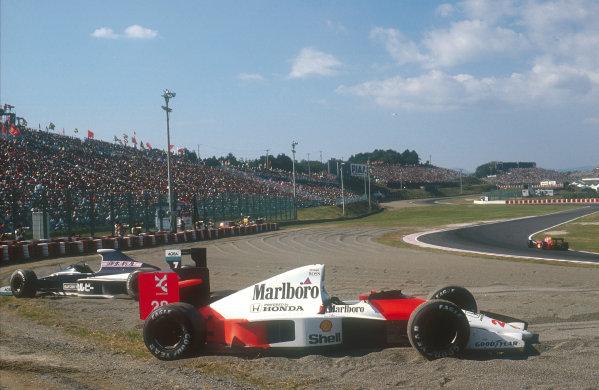 1990 Japanese Grand Prix.Suzuka, Japan.19-21 October 1990.The strickened cars of Gerhard Berger (McLaren MP4/5B Honda) and David Brabham (Brabham BT59 Judd) behind.Ref-90 JAP 15.World Copyright - LAT Photographic