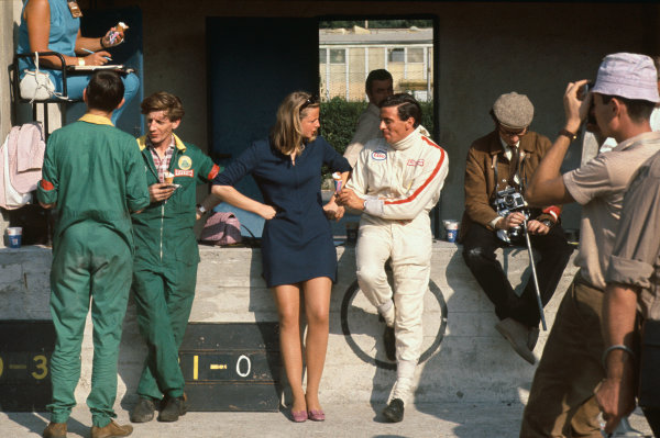 Monza, Italy. 8-10 September 1967.  Jim Clark shares an icecream in the pits.  Ref: 67ITA10. World Copyright: LAT Photographic