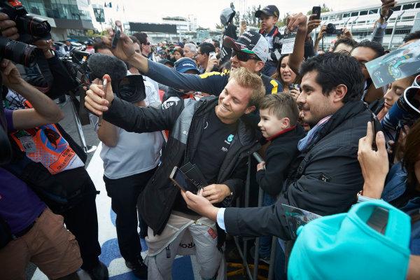 Autodromo Hermanos Rodriguez, Mexico City, Mexico. Thursday 27 October 2016. Nico Rosberg, Mercedes AMG, meets some fans. World Copyright:Steve Etherington/LAT Photographic ref: Digital Image SNE21558