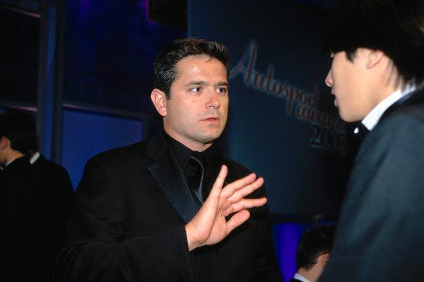 2003 Autosport AwardsGrosvenor Hotel, London, EnglandGil de Ferran talks to Nelson Piquet Jr. Portait.World Copyright: Bloxham/LATref: 35mm Transparency (30mb scan)