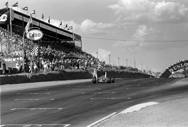 Race winner Jim Clark (GBR) Lotus 49 acknowledges the chequered flag and the congratulations of his team. Tragically this would be his final F1 grand prix before suffering a fatal accident in an F2 race at Hockenheim. South African Grand Prix, 1 January 1968.
