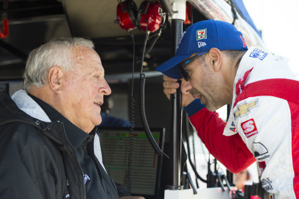 Tony Kanaan, A.J. Foyt Enterprises Chevrolet talks to A.J. Foyt