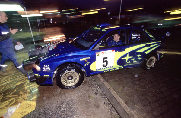 2001 World Rally Championship. Rally Portugal, Portugal. 8th-11th March 2001. Richard Burns in his Subaru pulling in to service. World Copyright: Charles Coates / LAT Photographic. Ref: Portugal A15