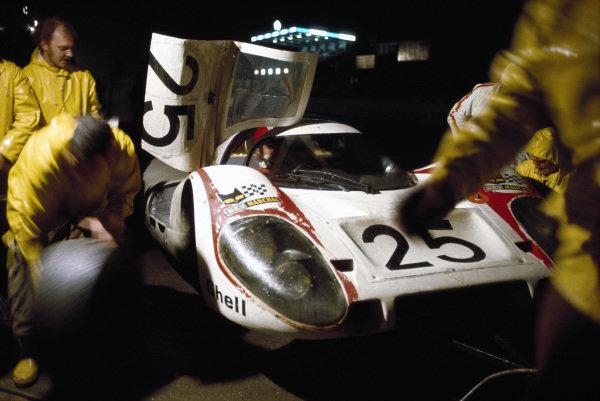 Vic Elford / Kurt Ahrens Jr, Porsche Konstruktionen K.G., Porsche 917 LH, in the pitlane.