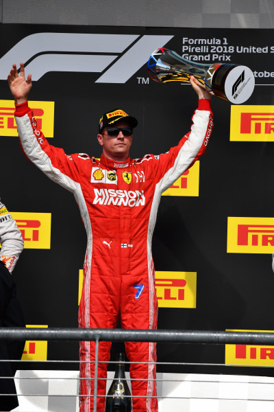 Kimi Raikkonen, Ferrari oslavuje na pódiu s trofejou