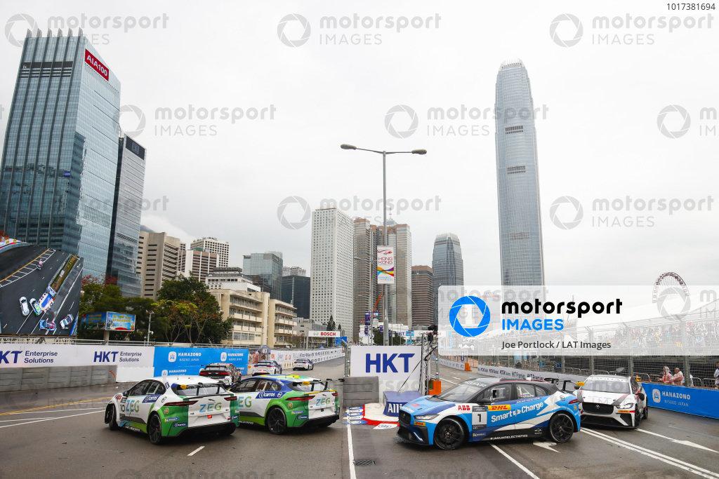 Sérgio Jimenez (BRA), Jaguar Brazil Racing battles with Cacá Bueno (BRA), Jaguar Brazil Racing ahead of Darryl O'Young (HKG), Jaguar VIP car